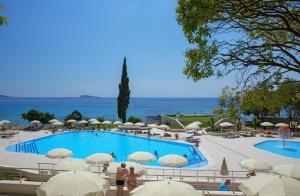 Uitzicht op het zwembad bij Hotel Astarea of in de buurt