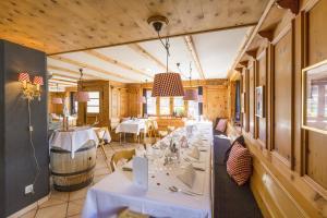 Ein Restaurant oder anderes Speiselokal in der Unterkunft Hotel Posta
