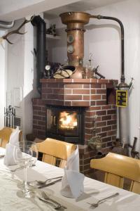 Ein Restaurant oder anderes Speiselokal in der Unterkunft Gasthof zum Hirsch