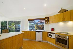 A kitchen or kitchenette at 44 Cooran Court