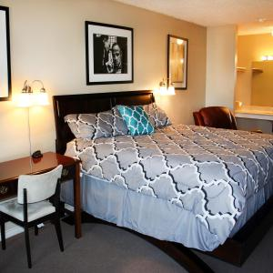 A bed or beds in a room at Columbia Lakes Hotel
