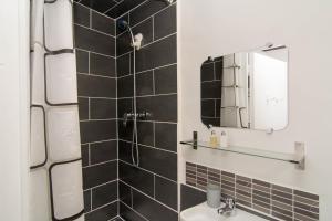 A bathroom at Lovely Cosy Studio Paris