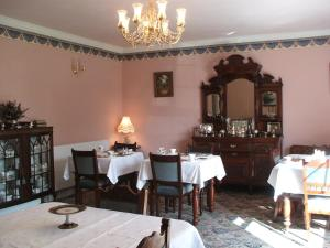 A restaurant or other place to eat at Grove Farm House