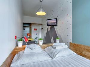 Кровать или кровати в номере Друзья на Невском