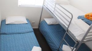 A bed or beds in a room at Oceanside Hawks Nest