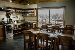 A restaurant or other place to eat at Refugio Ecobox Andino