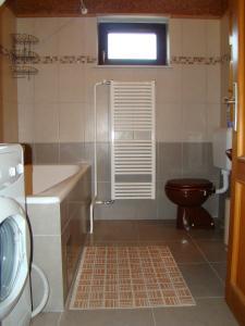 A bathroom at Apartments Maroflin