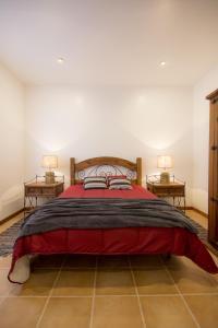 A bed or beds in a room at Casa da Pedra