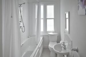A bathroom at Lyndhurst House