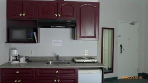 A kitchen or kitchenette at The Bridgeport Inn