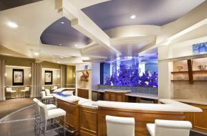 The lounge or bar area at Sheraton Atlantic City Convention Center Hotel