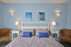 Cama o camas de una habitación en Your Vacation Retreat Right On The Beach