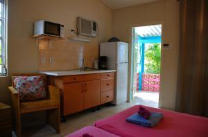 Uma TV ou centro de entretenimento em Caribbean Flower Apartments