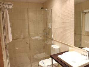 A bathroom at HLG CityPark Sant Just