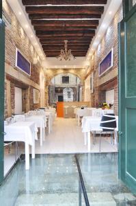 Um restaurante ou outro lugar para comer em Al Mascaron Ridente