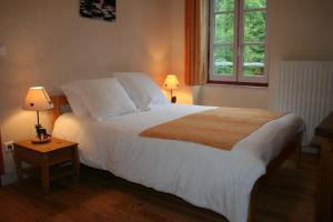A bed or beds in a room at Auberge Saint Vincent