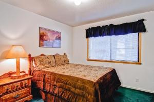 A bed or beds in a room at Yosemite View