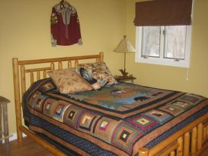 A bed or beds in a room at Harbert House Bed and Breakfast