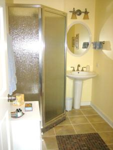 A bathroom at Harbert House Bed and Breakfast