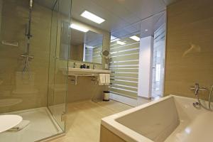Un baño de Tonga Tower Design Hotel & Suites
