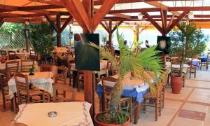 A restaurant or other place to eat at Calypso Hotel Apartments