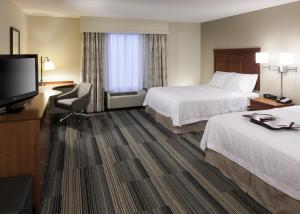 A bed or beds in a room at Hampton Inn & Suites Davenport