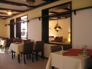 Ein Restaurant oder anderes Speiselokal in der Unterkunft Hotel Tanneneck