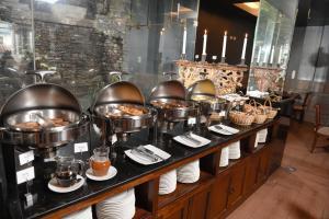 Un restaurante o sitio para comer en Ramada by Wyndham Costa Del Sol Cusco
