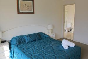 A bed or beds in a room at Grangewood Court Apartments