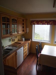A kitchen or kitchenette at Lunheim in Geiranger
