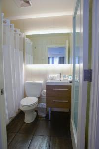A bathroom at Leon Hotel LES