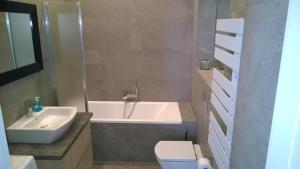 A bathroom at Kavo Sopot Apartment