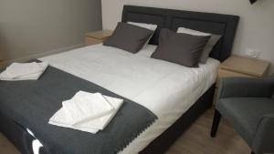 A bed or beds in a room at Kavo Sopot Apartment