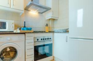 A kitchen or kitchenette at Apartamentos O2 Conil