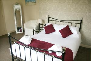 A bed or beds in a room at Anglers Arms