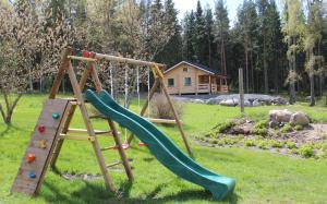 Lasten leikkialue majoituspaikassa Skatafé
