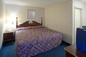 A bed or beds in a room at America's Best Value Inn and Suites Albemarle