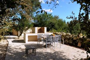 A restaurant or other place to eat at Clos Moulin Du Cadet