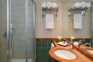 A bathroom at Herods Boutique Eilat a Premium collection by Fattal Hotels