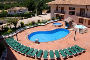 A view of the pool at Hotel Balneario Parque de Cazorla or nearby