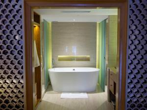 A bathroom at Hotel Gran Mahakam