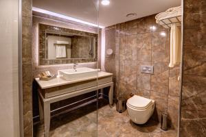 A bathroom at Suhan360 Hotel & Spa