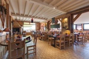Restaurant ou autre lieu de restauration dans l'établissement Logis Le Pont de Champ