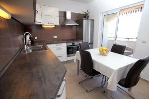 A kitchen or kitchenette at Cvita apartments