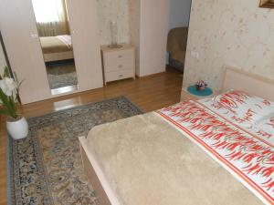 A bed or beds in a room at Apartments at Krasniy Prospekt 2