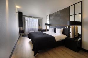 Een bed of bedden in een kamer bij Van der Valk Hotel Groningen-Westerbroek