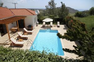 A view of the pool at Eve Pissouri Xιnisteri Villa or nearby