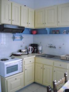 Кухня или мини-кухня в Maritsas Apartments