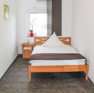 Ein Bett oder Betten in einem Zimmer der Unterkunft InWest Hotel Garni