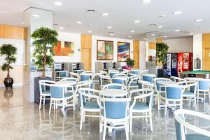 A restaurant or other place to eat at Apartaments Condado